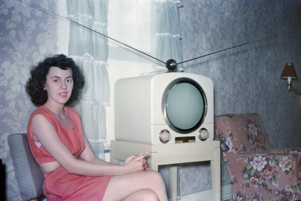 Девушка у телевизора, 1956