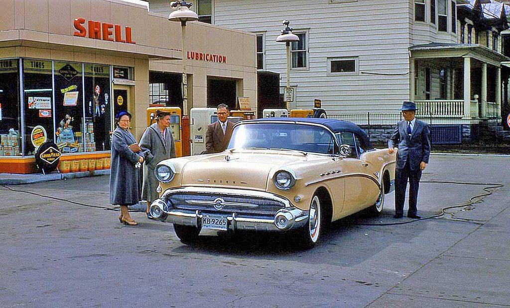 На заправочной станции, 1957 год