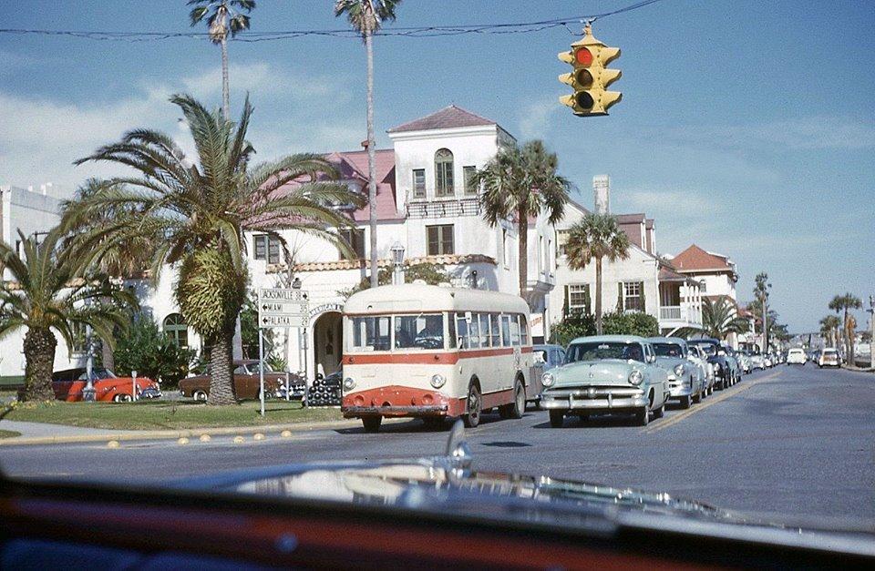 Автомобили остановились на светофоре, Флорида, 1954г.