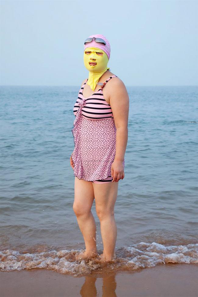 Китайцы одевают купальники и маску для лица чтобы кожа оставалась белой