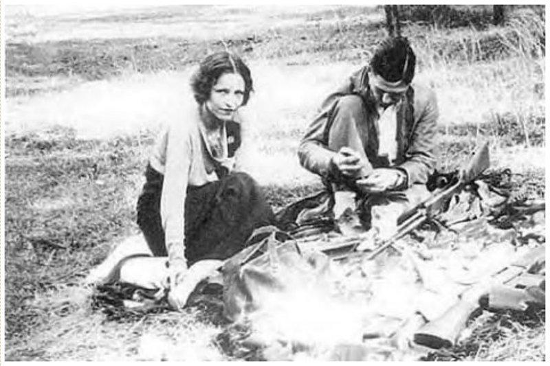 Знаменитые Бонни и Клайд чистят оружие