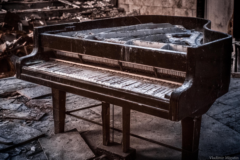 Гнилой рояль в концертном зале заброшенного города Припять