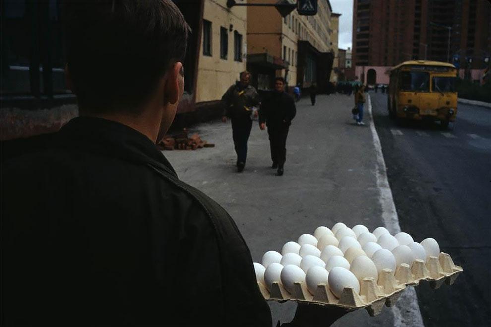 Норильск, прохожий с яйцами. 1993
