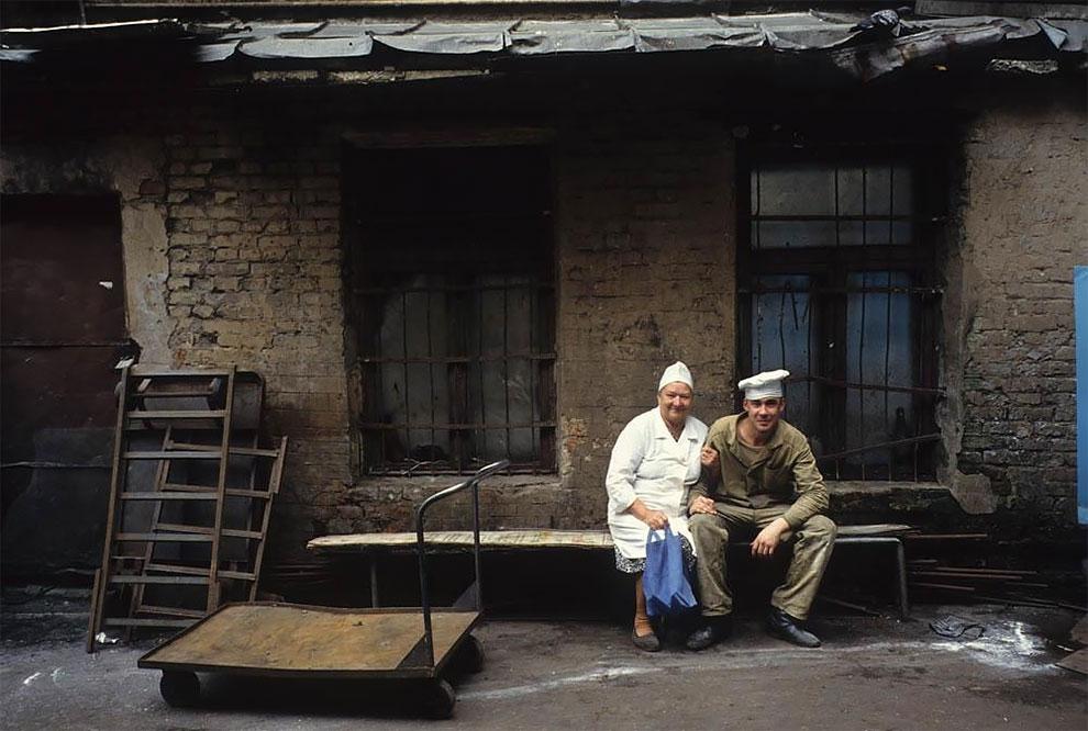 """Сотрудники гостиницы """"Центральная"""" на ее заднем дворе. Москва, ул. Горького, 1991 г"""