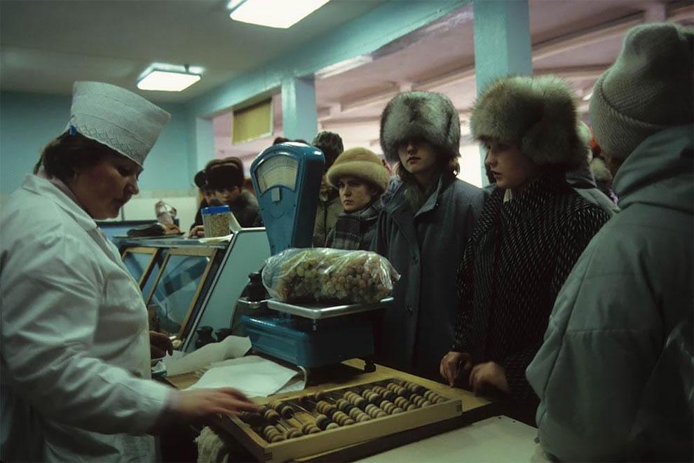 В продуктовом магазине. 1991
