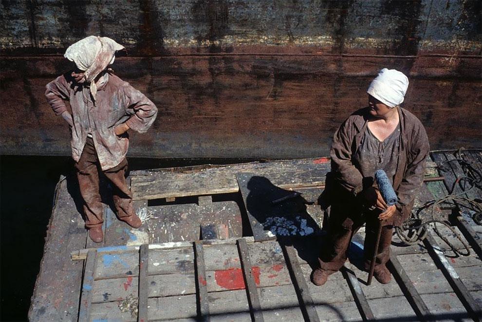 Красноярск, женщины-маляры в речном порту, 1993 год