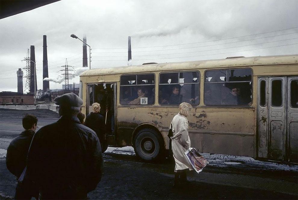 Норильск, автобусная остановка. 1993 г.