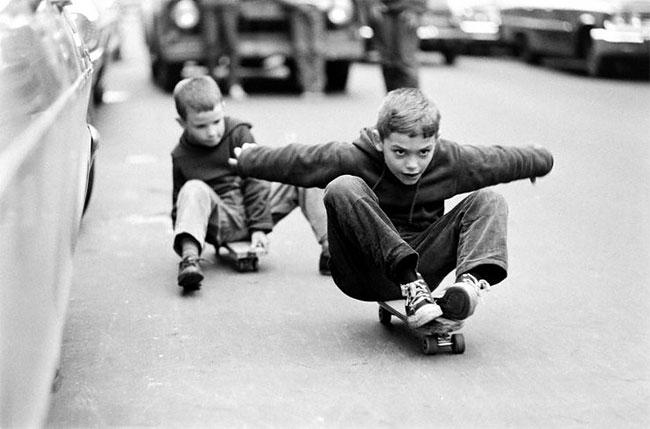 Потрясающие черные-белые фотографии cкейтбордистов Нью-Йорка в 1960 году