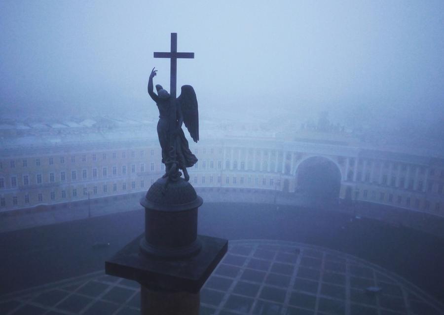 Ангел на Александровской колонне. Ее возвели после победы России над армиями Наполеона. Колонна создана из 600 тонн гранита, а в ее установке принимали участие 2000 солдат