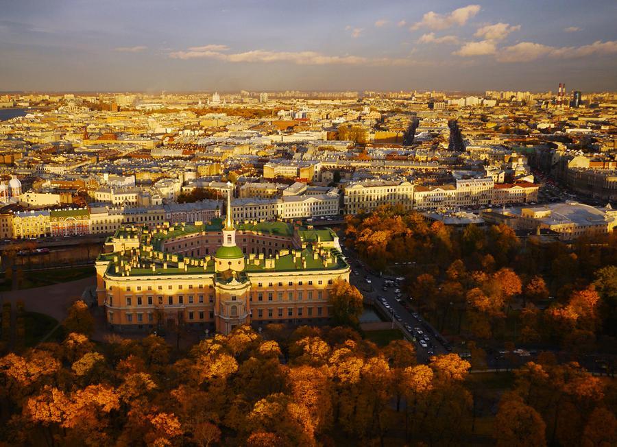 Михайловский замок, построенный по приказу императора Павла I, который так сильно боялся покушений, что создал себе укрепленную резиденцию-крепость. По иронии судьбы через 40 дней после переезда в замок в 1801 году Павел был убит в собственной спальне