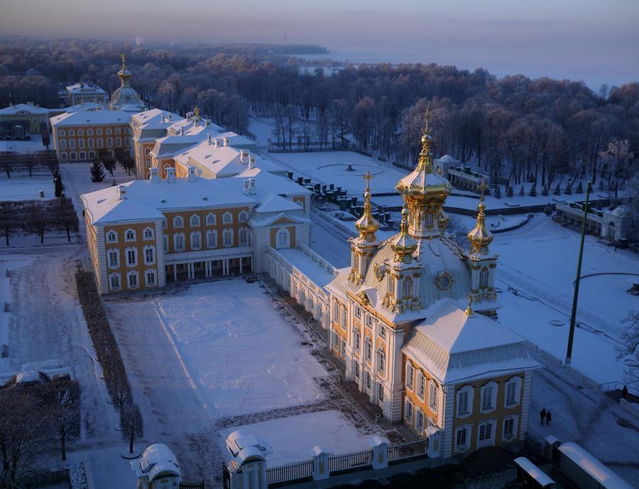 Дворец в Петергофе на утесе, выходящем в море, в 30 км от центра Санкт-Петербурга. В последние годы жизни Петр Великий организовал во дворце свой кабинет, из которого он мог любоваться шпилями Санкт-Петербурга вдали и островной крепостью Кронштадт, охранявшей его новую столицу.