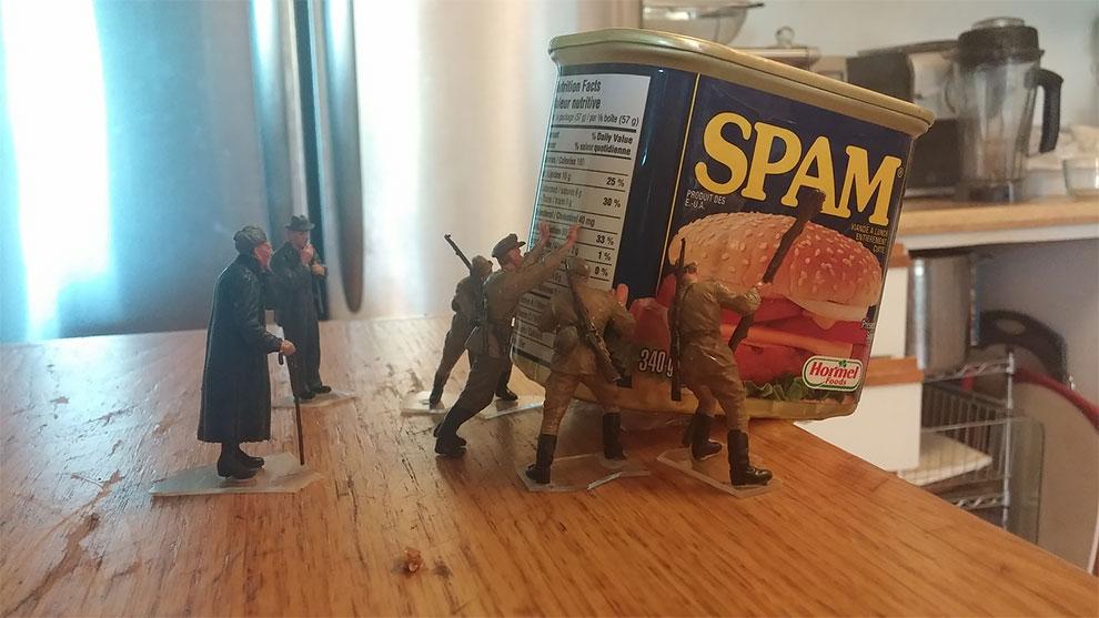 «Войска армии вокруг дома»: игрушечные солдаты ВМВ и их любопытные приключения