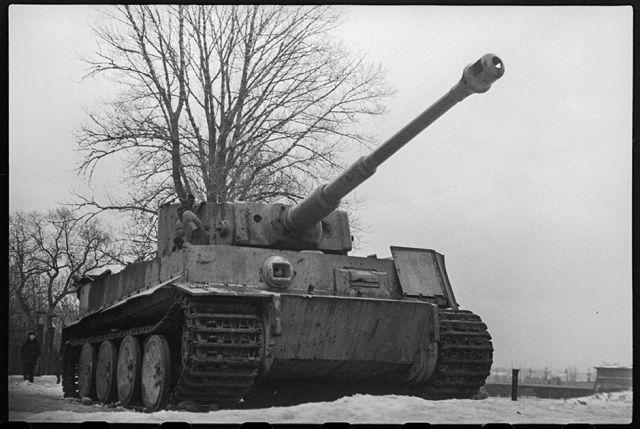 Тяжелый немецкий танк «Тигр», захваченный советскими войсками. Ленинградский фронт, 1943 год: