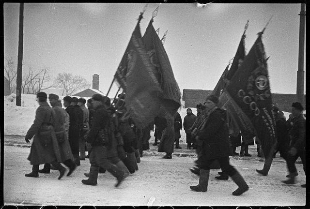 Партизаны, более двух лет воевавшие в тылу у немцев под Ленинградом, возвращаются в освобожденный город. Ленинградский фронт, 1943 год: