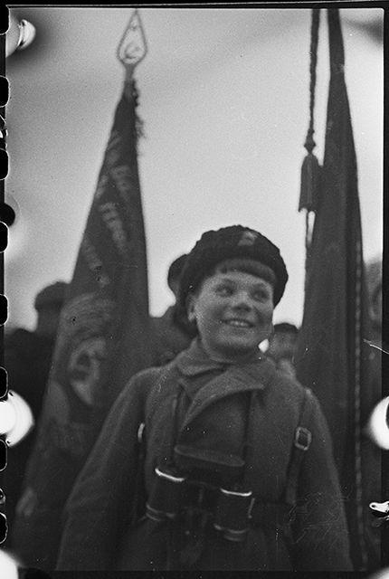 Юный партизан Миша Богданов (12 лет) — активный участник разведывательных и диверсионных операций. В отряде вместе с отцом с 1942 года. Ленинградский фронт, 1943 год: