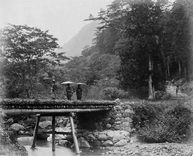 Самурай и туристы на мосту, Япония, 1882 год