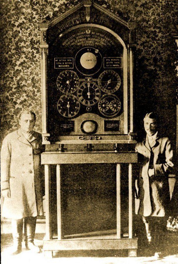 Часы сделанные мастером Францем Карасем и его подмастерьем Юзефом Монкосом, Санкт–Петербург, 1907 г.