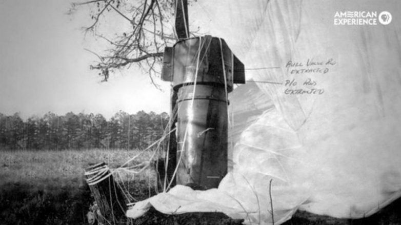 Одна из двух ядерных бомб находившихся на борту бомбардировщика B-52, который рухнул в Северной Каролине. США, январь 1961 года