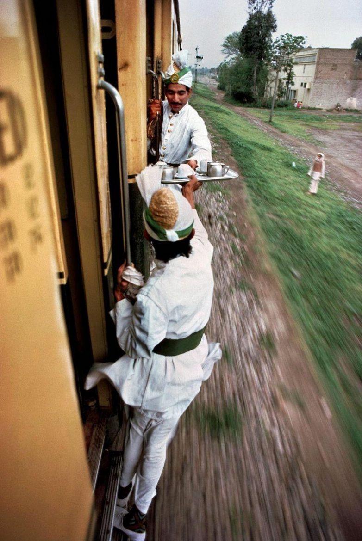 Проводники передают чай для завтрака из одного вагона в другой, Пакистан, 1983 год