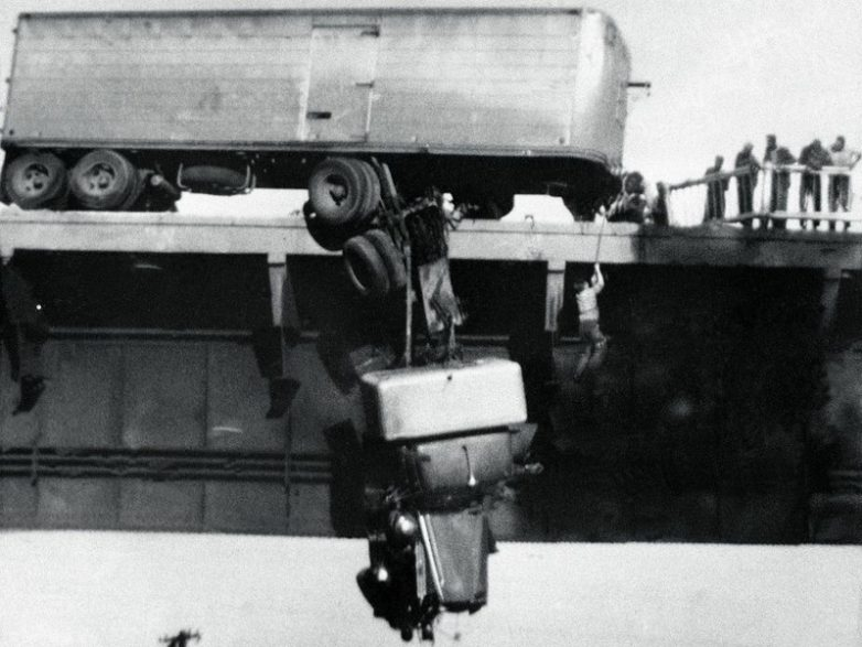 Спасение водителя сошедшего с моста тягача, Реддинг, штат Калифорния, США, 1954 год