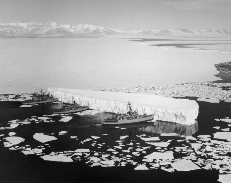 Ледоколы толкают айсберг для освобождения прохода в проливе Мак-Мёрдо, Антарктика, 1965 год
