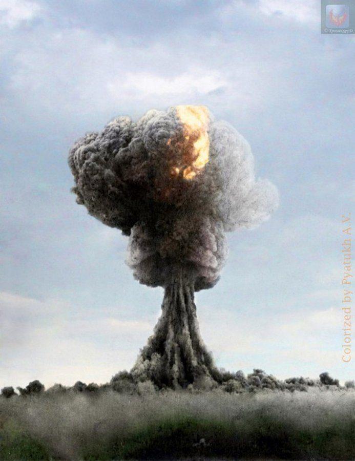 Восстановленное в цвете фото первого советского ядерного взрыва, прогремевшего на Семипалатинском полигоне 29 августа 1949 года