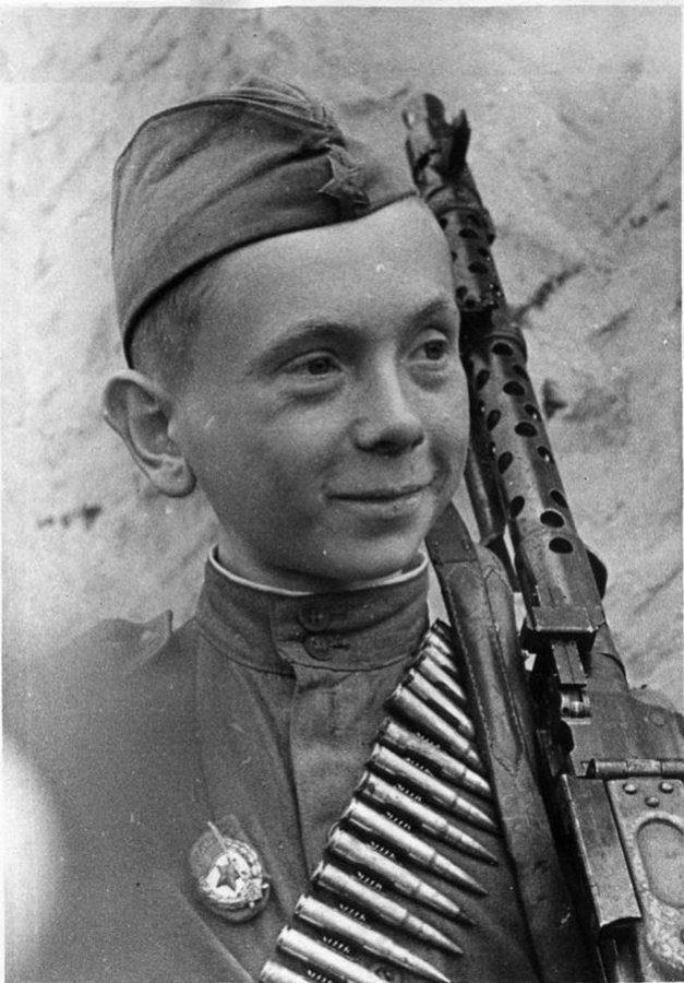 Гвардии ефрейтор Н.Н. Леонтьев, уничтоживший в своем первом бою 15 гитлеровцев, с трофейным 7,92-мм немецким пулеметом MG-34