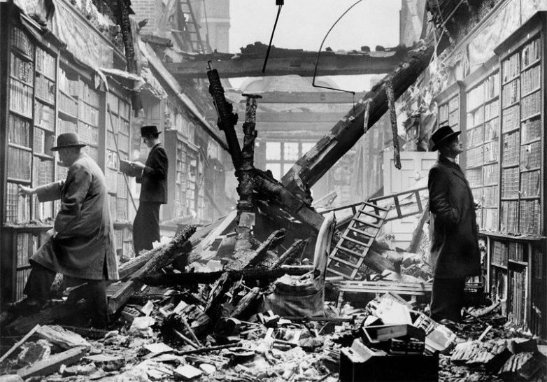 Библиотека после бомбардировки, Лондон, 1940 год