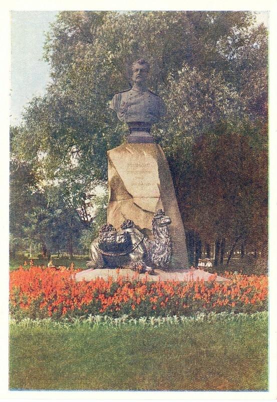 Памятник Николаю Михайловичу Пржевальскому в Александровском саду: