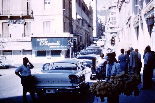 Увлекательные цветные фотографии повседневной жизни Афин 1950-х годов