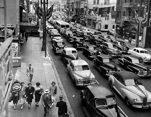 Пробки на 6-й улице в центре Лос-Анджелеса во время транзитной забастовки, 1950