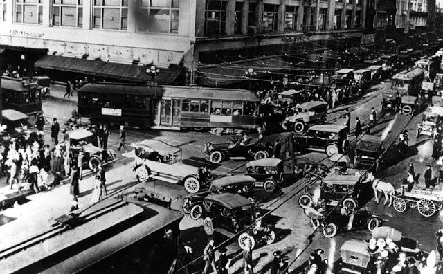 Угол 7-й улицы и Бродвея, в центре Лос-Анджелеса, 1920-е годы