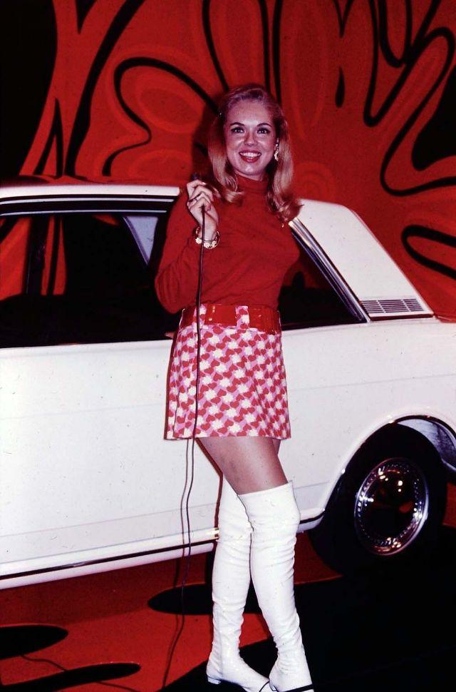 Девушки в гоу-гоу сапогах 60-70-х годов
