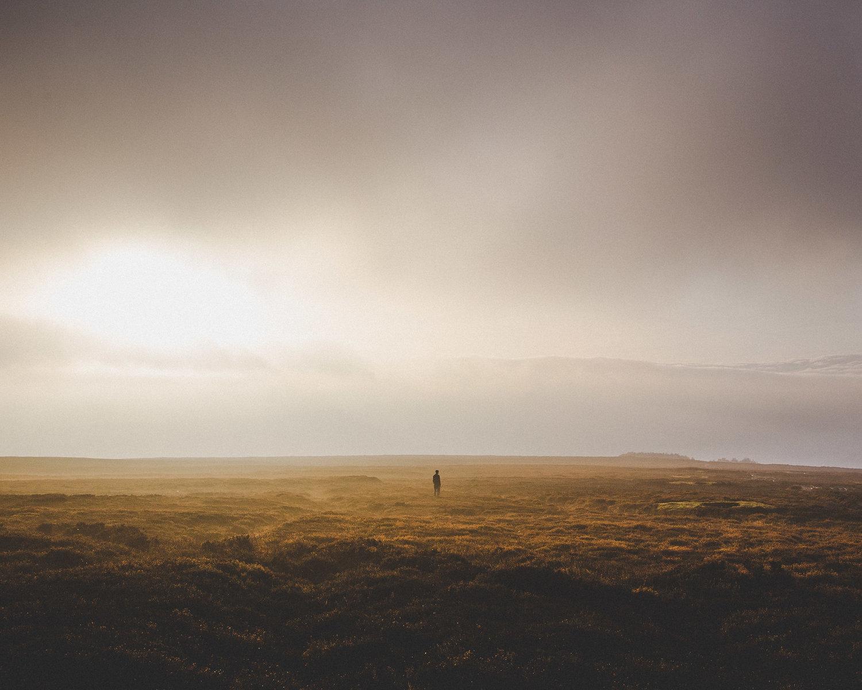 Фотограф захватывает поразительные снимки крошечных людей в огромных местах