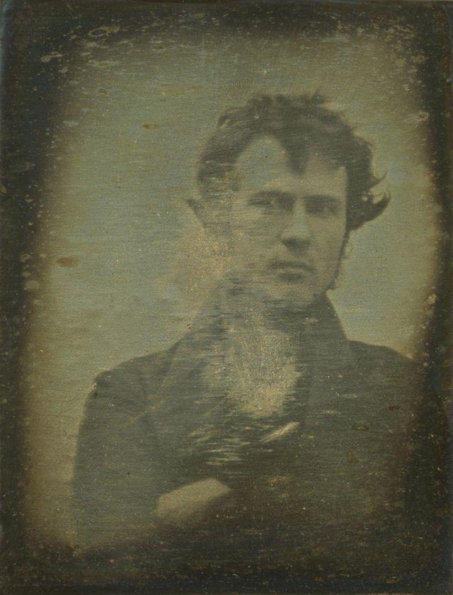 Первый в истории фотографический автопортрет был сделан Робертом Корнелиусом в Филадельфии в ноябре 1839 года.
