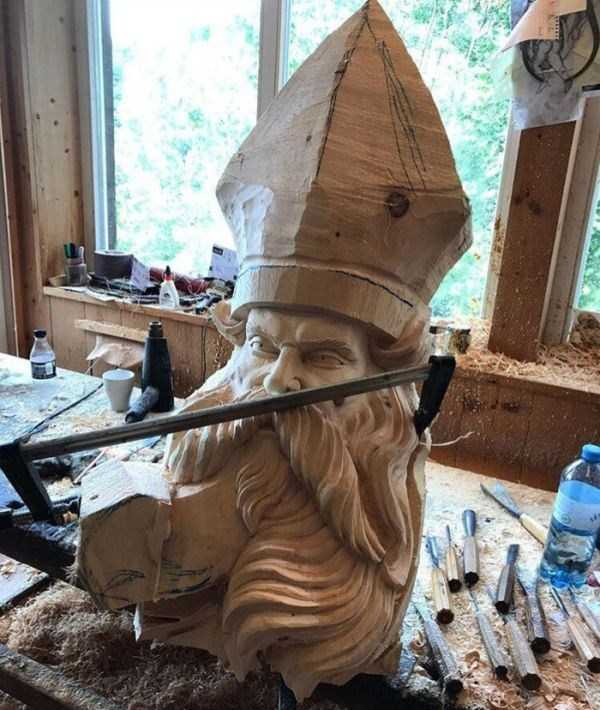 Впечатляющая скульптура из дерева