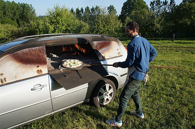 Старый автомобиль был превращен в печь для пиццы