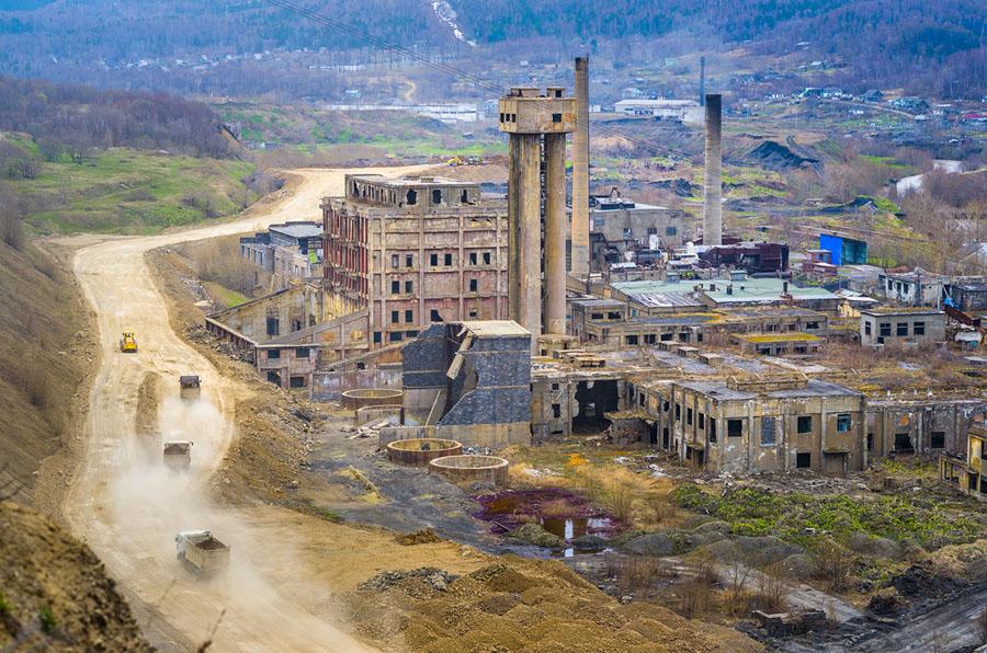 Руины старого целлюлозно-бумажного комбината на острове Сахалин