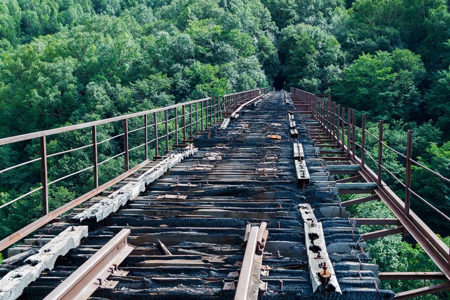 Разрушенный железнодорожный мост в Холмске, Сахалинской области