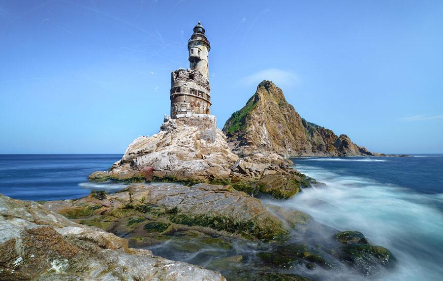 Заброшенный японский маяк на скале в южной части острова Сахалин, Россия
