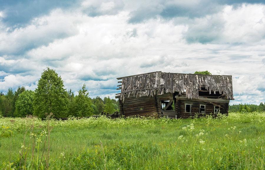 Разрушенный дом в Костромской области