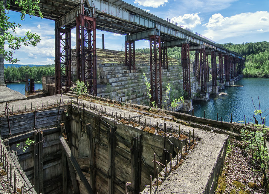 Заброшенные промышленные здания, наследие Советского Союза, в Сибири