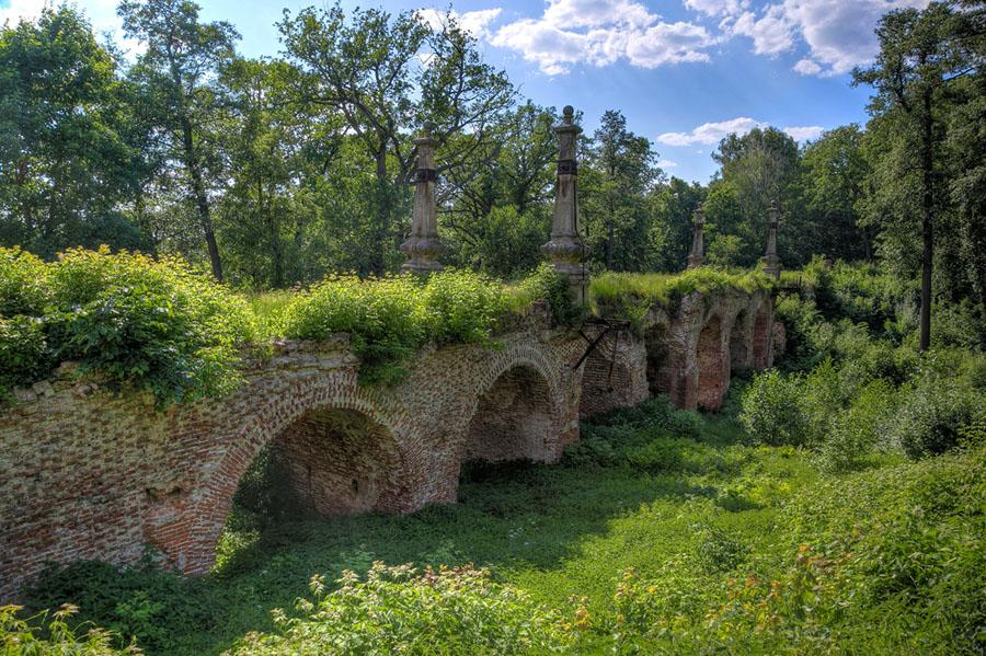 Разрушенный, заросший красно-кирпичный мост в лесу Рязанской области