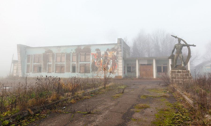 Разрушенное здание в тумане