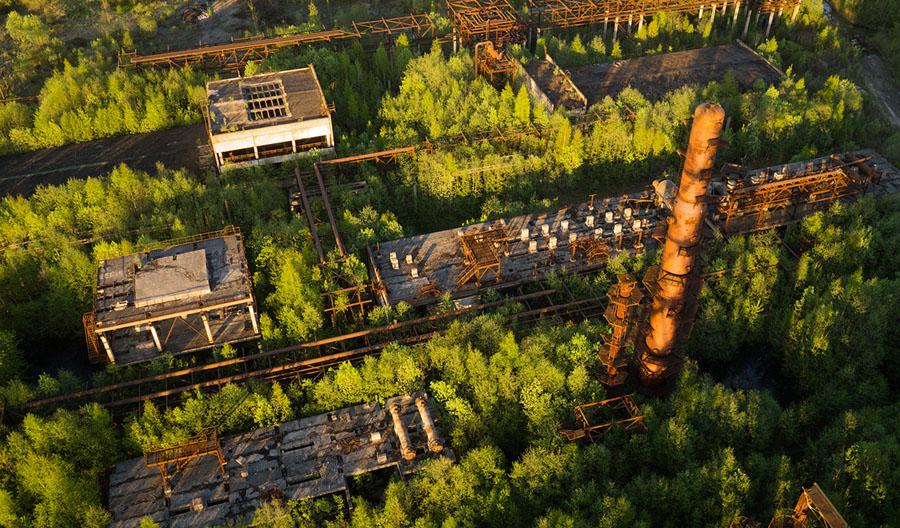 Незавершенный, заброшенный и заросший нефтеперерабатывающий завод в Ленинградской области