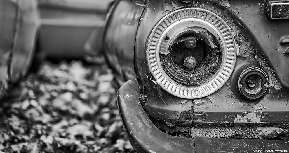 Удивительные фотографии кладбища старинных автомобилей в Польше