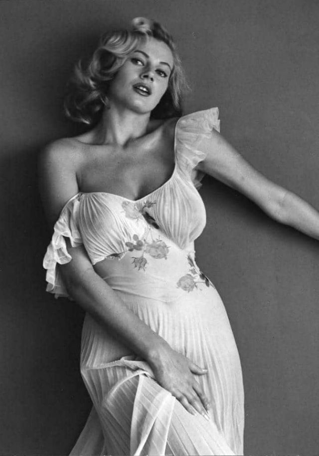 30 черно-белых фотографий Аниты Экберг от фотографа Андре-де-Диена в 1954 году