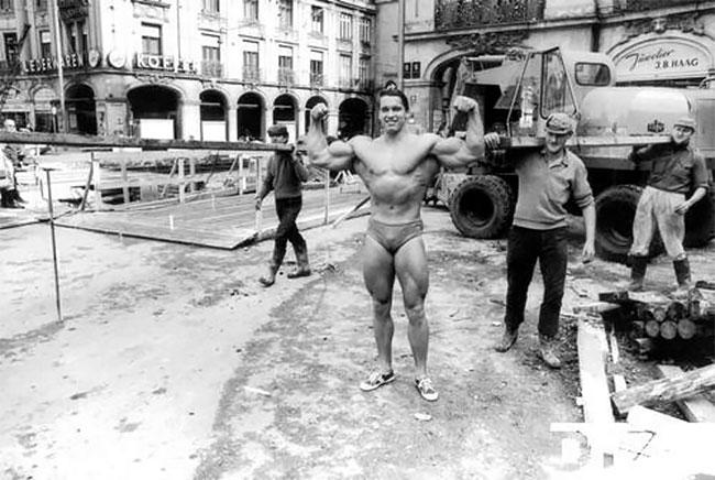 Арнольд Шварценеггер на улицах Мюнхена в плавках рекламирует свой спортзал