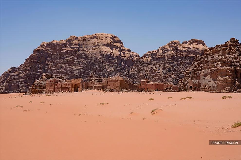 """Фотограф нашел заброшенный """"дворец"""" в пустыне"""