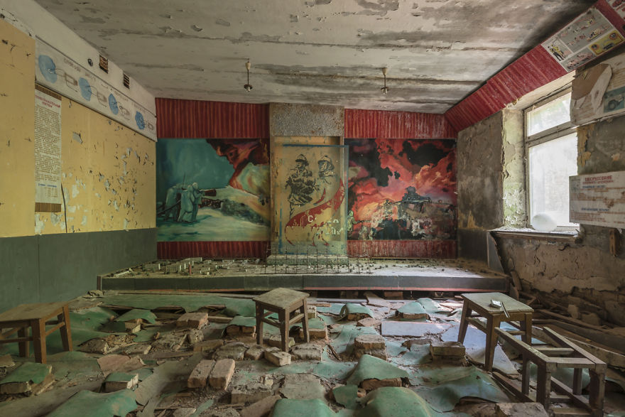 Французский фотограф посетил Чернобыль, и показал пленительные фотографии, как внезапно время остановилось после катастрофы